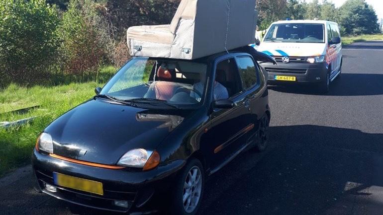Auto rijdt 40km/h op de A50 met bankstel op het dak