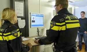 aangehouden arrestant word ingevoerd in politiesysteem
