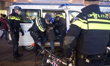 arrestant wordt afgevoerd