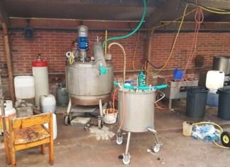 Aangetroffen drugslab in loods boerderij Suwald