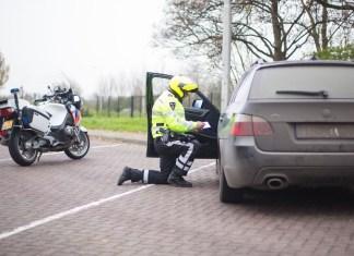 Motoragent controleert bij auto