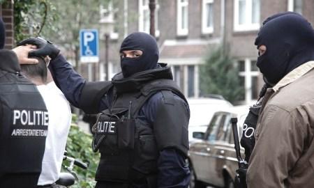 Arrestatieteam tijdens inval