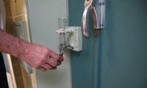 Ingesloten in cel op politiebureau