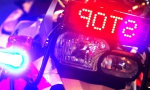 surveillancemotor met zwaailicht en stopbord