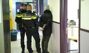 Twee agenten houden man in gebouw aan