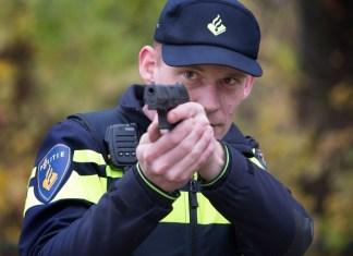 Agent richt bij oefening zijn dienstwapen