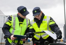 agenten controleren documenten