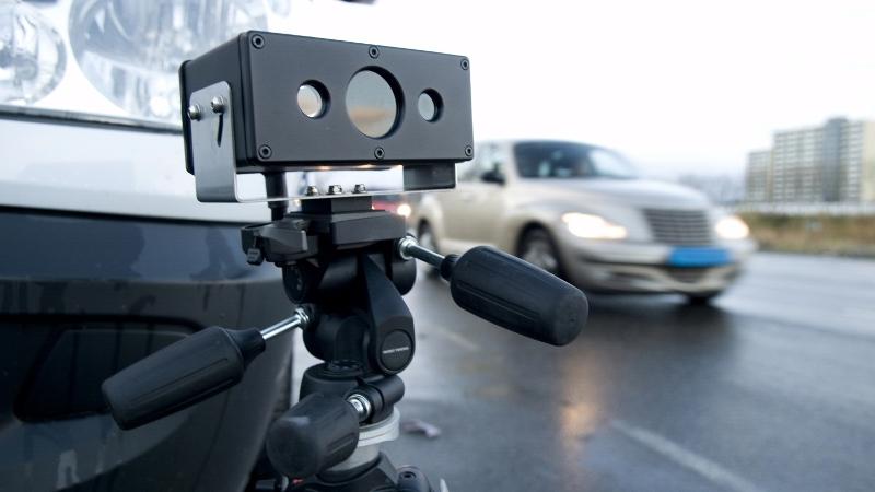 Automobilist aangehouden dankzij ANPR-camera, twee politiewagens aangereden.