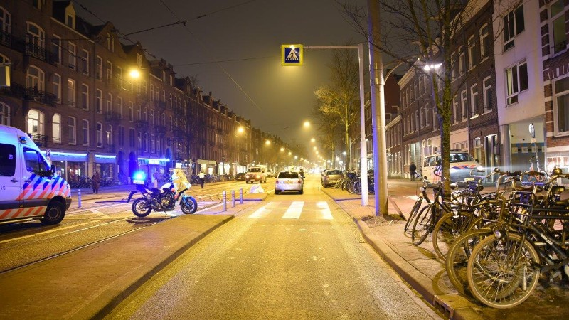 Fietser zwaar gewond na aanrijding Amsterdam.