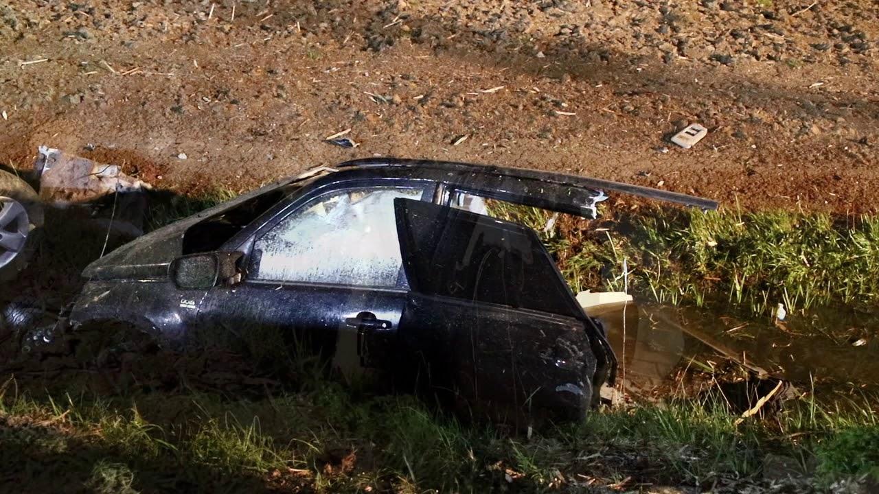 Eenzijdig ongeval in Ommeren: auto breekt in tweeën.