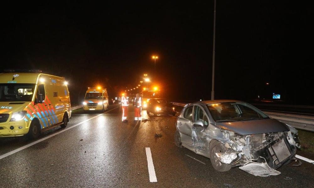 Massale botsing op A59 Den Bosch, veroorzaker spoorloos verdwenen.