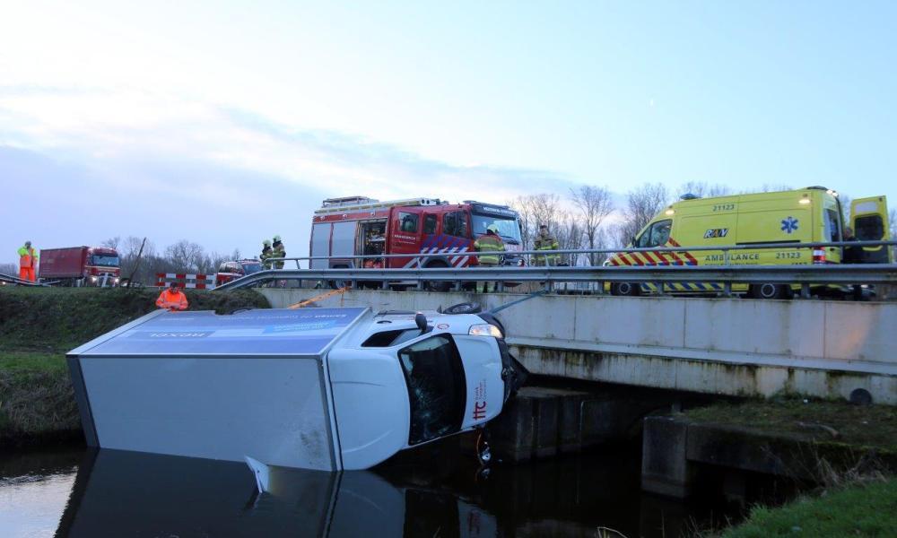 Pakketten uit het water gevist na ongeluk met kleine vrachtwagen.