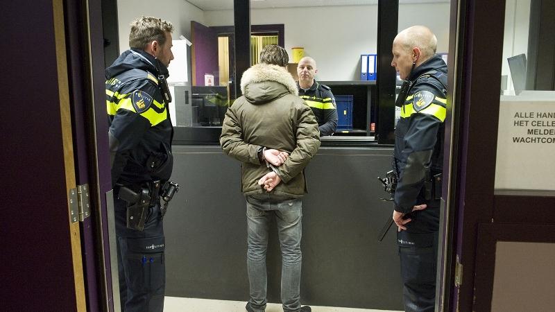 Politie houdt jeugdige verdachten aan voor openlijke geweldpleging -.