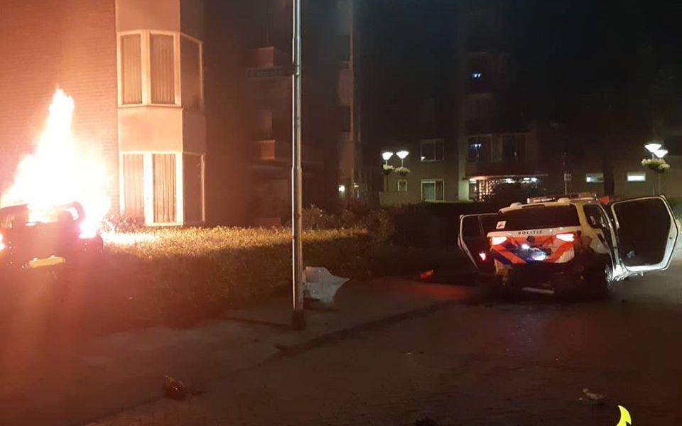Auto vliegt in brand na ongeluk met politiewagen in Oss.