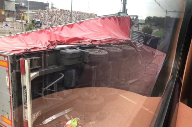 Twee gewonden bij botsing trein en vrachtwagen.