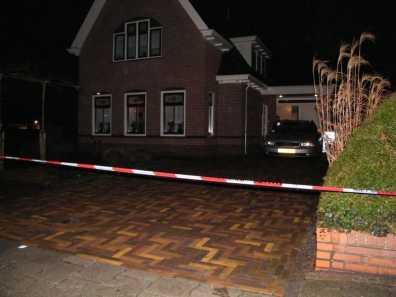 De politie is bezig met het onderzoek bij de woning ( Foto : Wesley Boots )