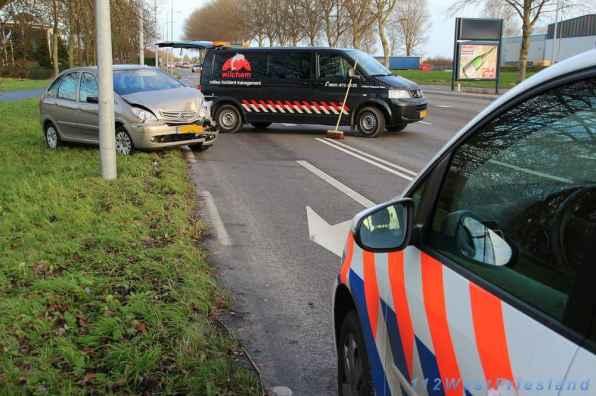 Behoorlijke schade aan de auto die achterop reed