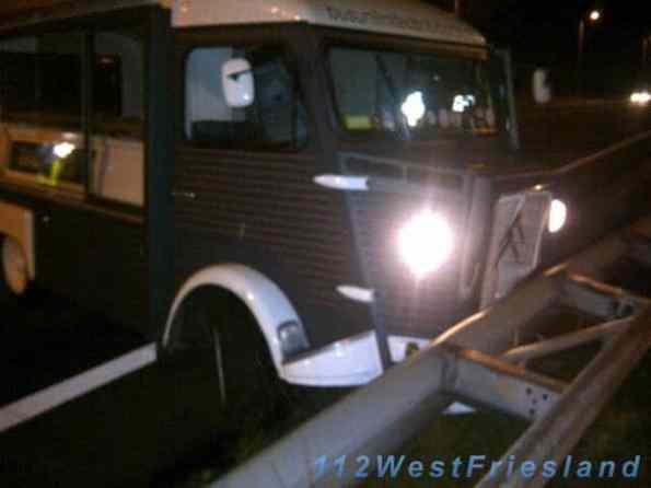 Het aangereden voertuig in de vangrail (foto: Gerjan Kleine Deters)