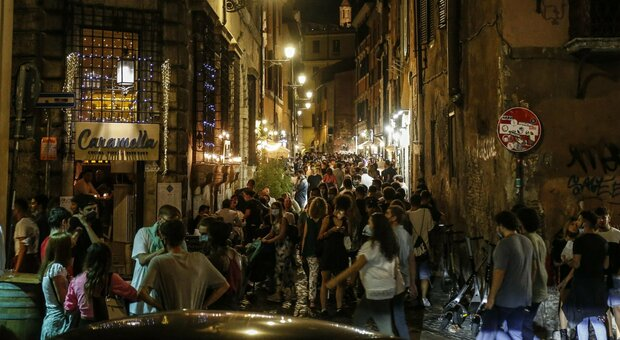 Nightlife in Trastevere, downtown Rome, during Phase 3 of the Coronavirus emergency, in Rome, Italy, 05 September 2020. ANSA/FABIO FRUSTACI