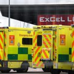 Gran Bretagna, troppe libertà! Ambulanze in fila davanti agli ospedali, picco di contagi, medici in rivolta e lo scandalo dei tamponi sbagliati: la sanità inglese di nuovo in ginocchio causa Covid