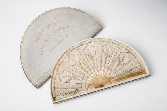 Eventail de la Reine de la bonneterie (Renée Kuntz), 1909. N° inv. MB 6032-02. Collection Musée de la bonneterie. Photo copyright D. Vogel, Musée de la Bonneterie, Ville de Troyes.