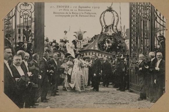 Carte postale représentant la réception de Reine de la bonneterie Renée Kuntz à la préfecture. MB 6032-04-04. Collection Musée de la bonneterie. Photo copyright D. Vogel, Musée de la Bonneterie, Ville de Troyes.
