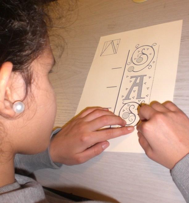 Chaque planche en relief détaille certains motifs de la lettre enluminée, tout en indiquant la place de ces motifs sur la lettre, pour que les lecteurs puissent se repérer. Photo Médiathèque de Troyes Champagne Métropole