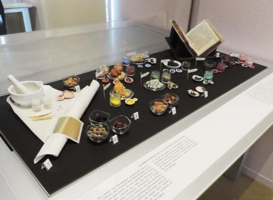 La vitrine montre à la fois la fabrication du parchemin, le liant, les matières premières des encres et les pigments à l'origine des couleurs. Photo Médiathèque de Troyes Champagne Métropole
