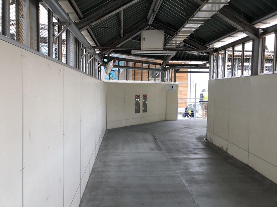 横浜駅のみなみ東口通路にできた、アソビルへの入口