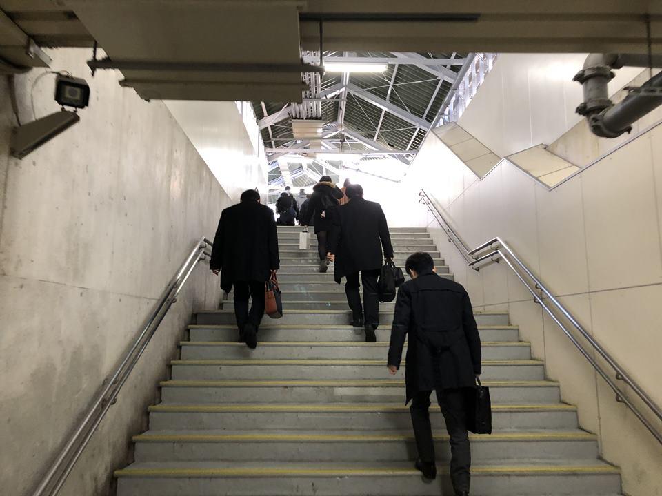 横浜駅からアソビルへの階段:南東口通路