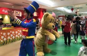 ハムリーズ横浜ワールドポーターズ店のパレードの様子