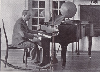 Emerich Spielmann playing the Superpiano