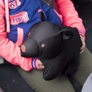 Kikkerland Zip en Flip knuffel en reiskussen - Zwarte beer