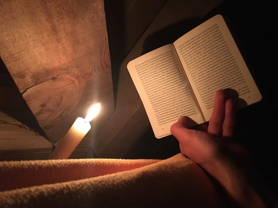 Lesen bei Kerzenschein