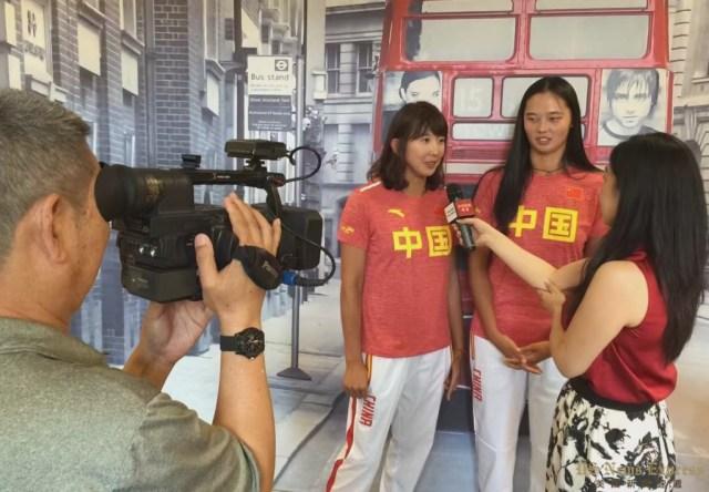 中国沙排运动员接受媒体采访。