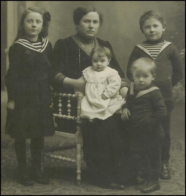 Armand et Jeanne eurent quatre enfants : Hélène en 1906, Jean en 1907, Louis appelé Charles en 1912 et Albertine appelée Reine en 1914.