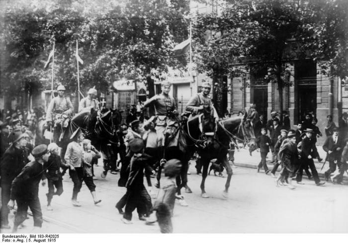 ADN-ZB I. Weltkrieg 1914-1918 - Entrée de la cavalerie allemande le 5 août 1915 à Varsovie. (Wikipedia) Osteuropäischer Kriegsschauplatz: Deutsche Truppen besetzen am 5. August 1915 Warschau. 14639-15