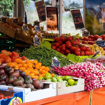 vente de fruits et légumes sur un marché