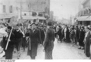 Nordafrika: Juden müssen arbeiten.- Die arabische Bevölkerung verfolgt mit sichtlicher Genugtuung den Marsch der zur Arbeit herangezogenen Juden zu ihren Arbeitsstätten. PK-Aufnahme: Kriegsberichter Lüken Tunis, Dezember 1942