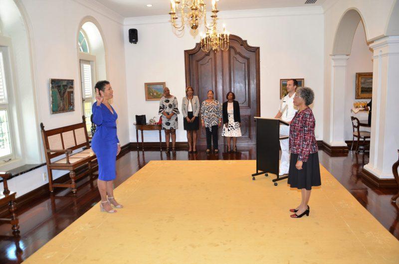 Op de foto: De Gouverneur van Curaçao, H.E. Lucille George-Wout (rechts) en mevrouw Clarion Taylor (links).