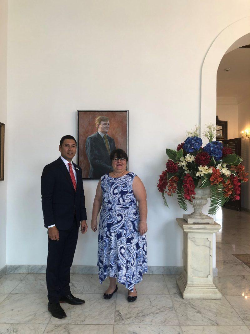 Op de foto: De waarnemend Gouverneur van Curaçao, H.E. Michèle Russel-Capriles en de heer H.T. Lam.