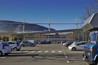 Vorräte auffüllen vor der Kulisse des Viadukts von Millau
