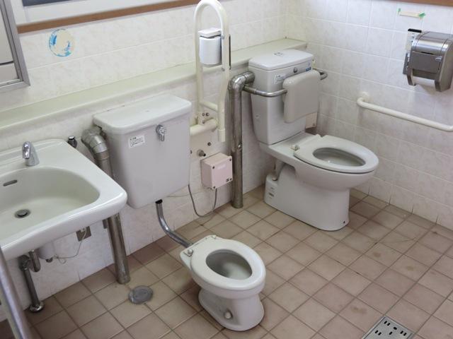 篠ノ井西公園内の多目的トイレ。安茂里の公園は、こんな立派なトイレにはならないようです。