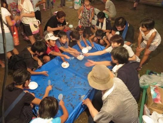 金魚すくいも人気です。今時の子どもには珍しい夏の風情なんですね。