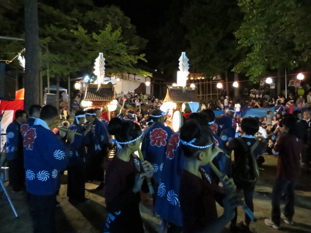 22日、小市神社の秋祭り➊、松ヶ丘小学校40周年記念で神楽を発表した子どもたち(今は中学2年生)が神楽に参加、つながっています。