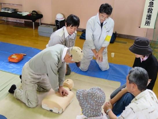 胸骨圧迫訓練とAEDの使用訓練。