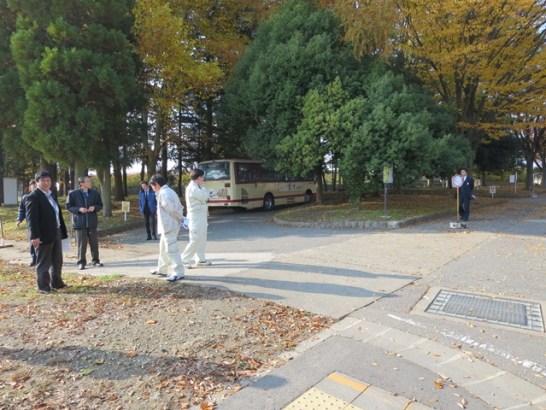 長野運動公園内のバスロータリー、用水の坂でバスの床を擦ってしまうとのこと。再調査の案件です。