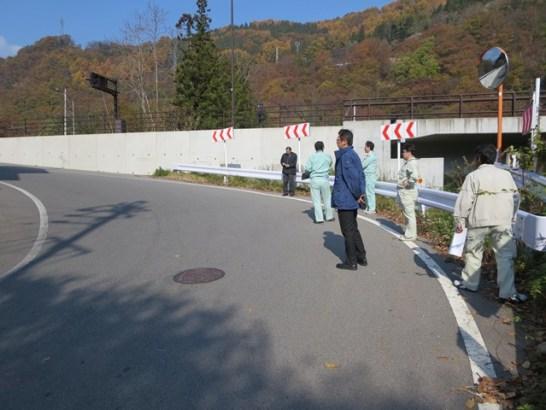 茂菅地区で。裾花トンネルの出口付近、旧道との交差箇所。積雪時の道路凍結の解消が課題