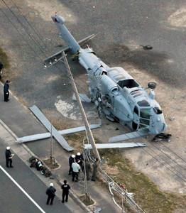 東京新聞より。墜落し横転した米軍ヘリ