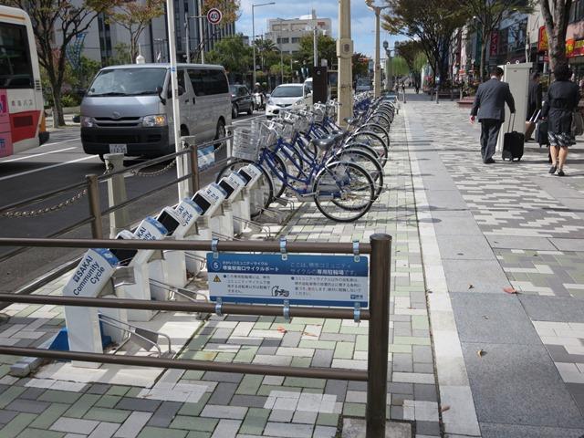 市役所前の通り沿いにある自転車置き場。自転車利用、放置自転車対策としては、導入検討の価値あり。